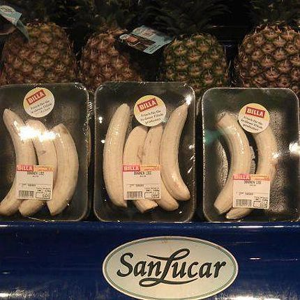 Pre-peeled bananas in cellophane