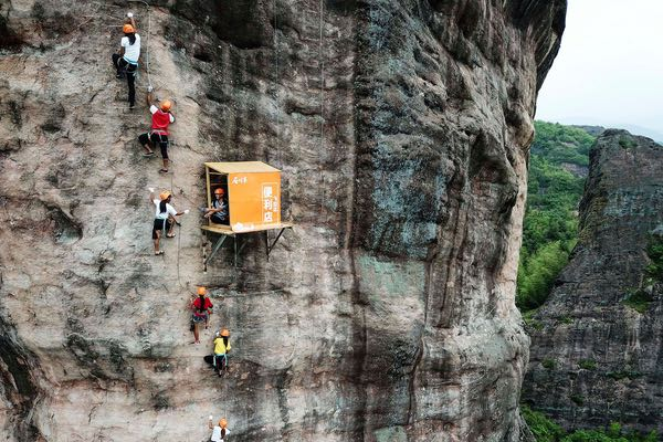 Photo of a convenience store on 100 meters up on the side of a cliff